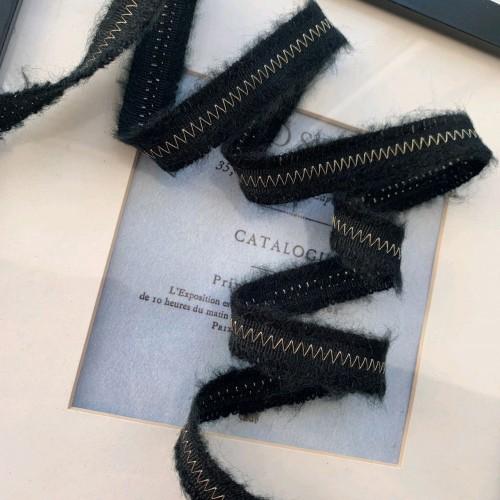 Тесьма чёрного цвета с зигзагообразной строчкой нитью люрекса