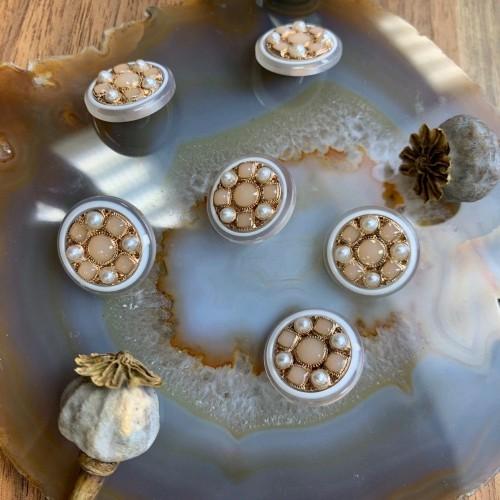 Пуговицы с персиковыми вставками и золотистым металлом