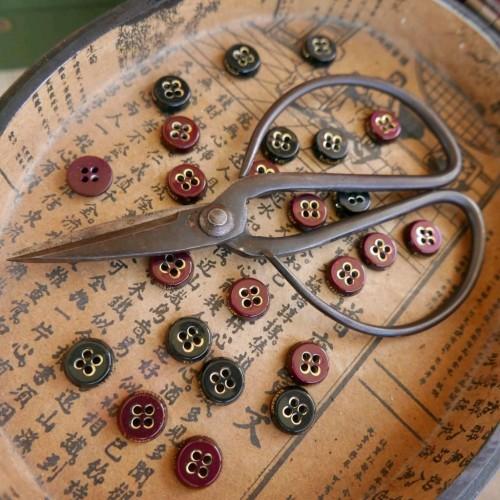 Пуговицы рубашечные с надписью Elegant по кромке