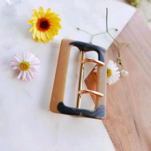 Пряжка для одежды декорированная золотистым металлом