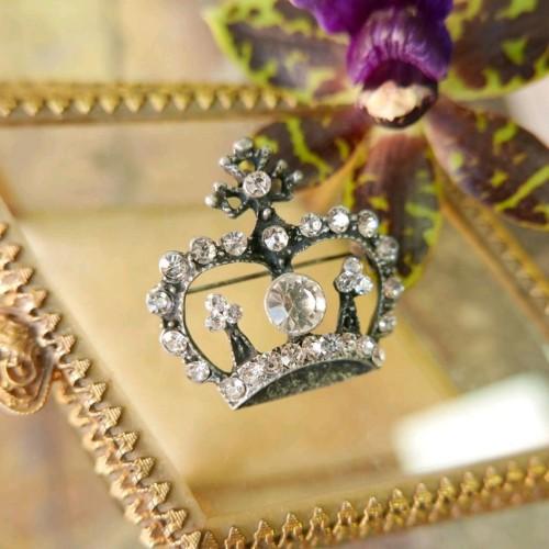 Брошь корона темного серебра со стразами