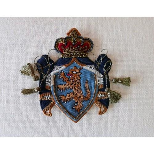 Нашивка герб с бисером и золотистыми кисточками