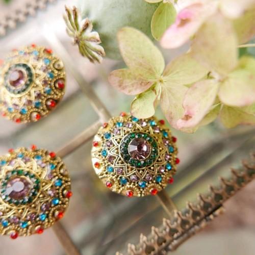 Пуговицы золотистые с разноцветными камешками