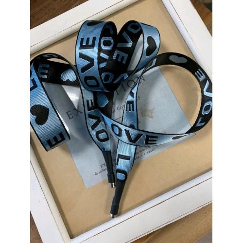 Шнурок голубого цвета из репсовой жаккардовой ленты с текстом LOVE