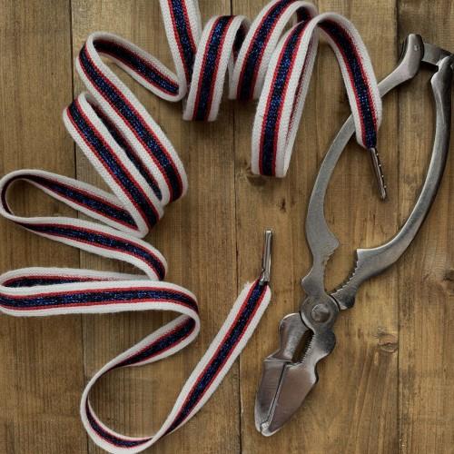 Яркий белый шнурок с красной и синей полосками