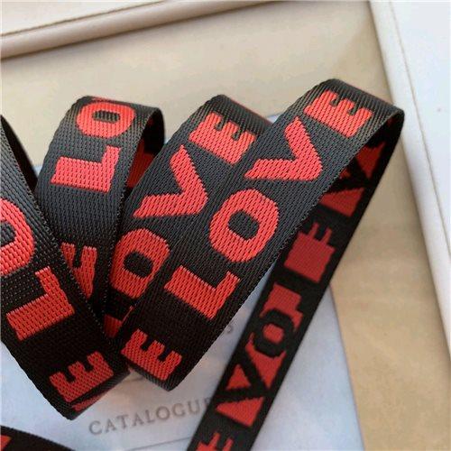 Шнурок жаккардовый черный с надписью LOVE тёмно-красного цвета