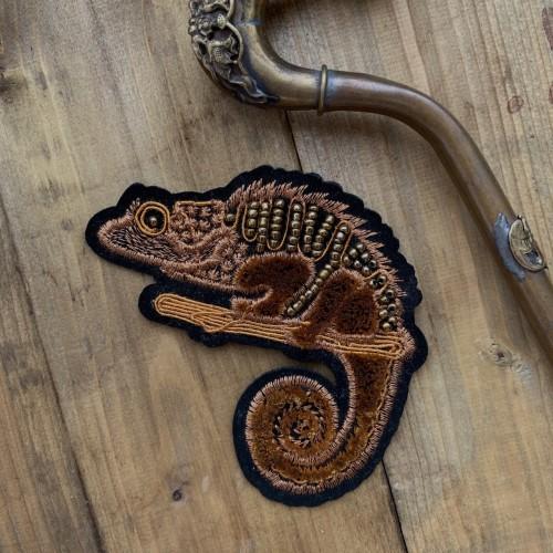 Нашивка игуана с бисером на основе из бархата