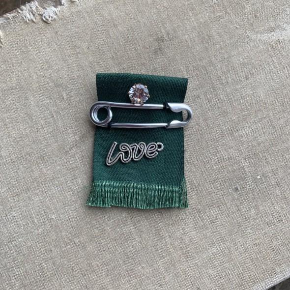 Текстильная брошь Love