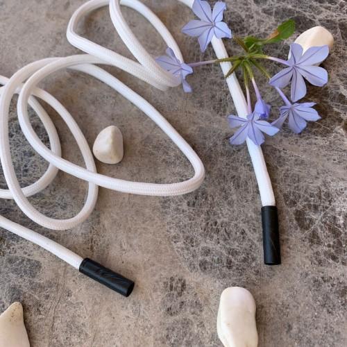 Белые трикотажные шнурки с чёрными концевиками
