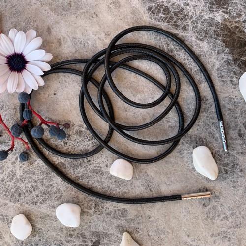 Тонкие кожаные шнурки чёрного цвета с металлическими наконечниками