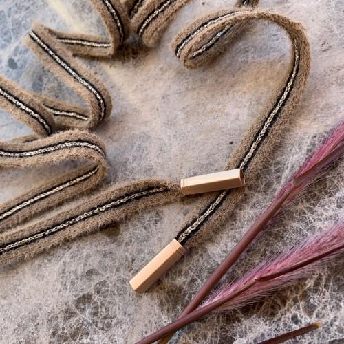 Мягкие пушистые шнурки цвета какао с чёрными и золотистой полосками