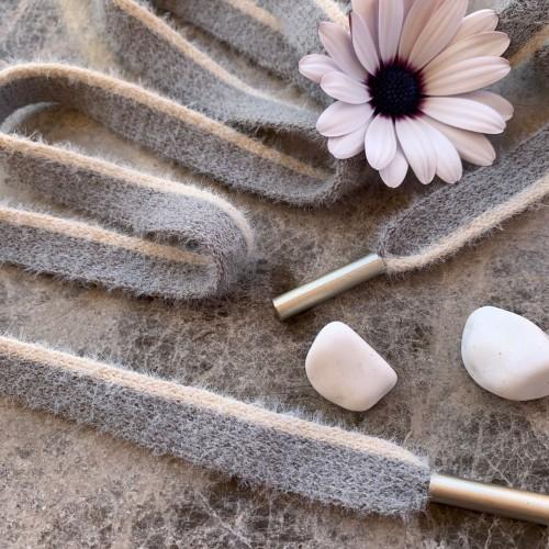 Мягкие пушистые шнурки серого цвета с молочной полоской по одному краю