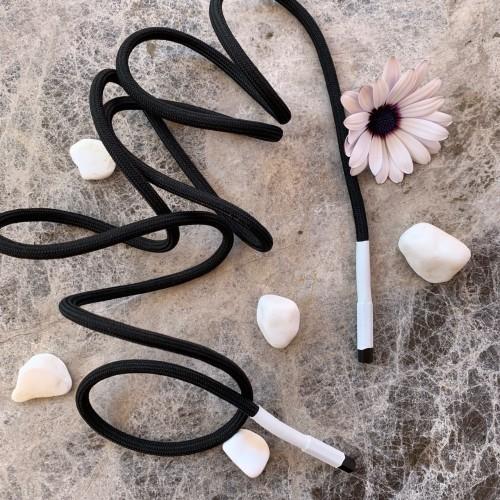 Тонкие трикотажные шнурки чёрного цвета с прорезиненными наконечниками белого цвета
