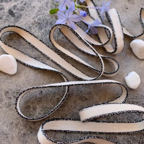 Шнурки молочные из вискозы с черно-серебристыми полосками по краям