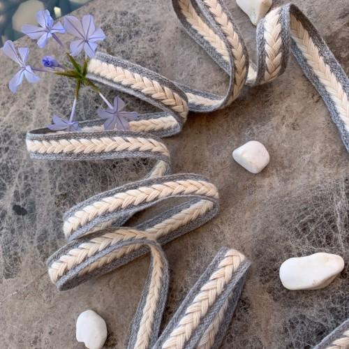 Светло-серые плетёные шнурки с молочным декором-косичкой