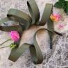 Шнурки из репсовой плотной ленты цвета хаки с чёрными матовыми концевиками.